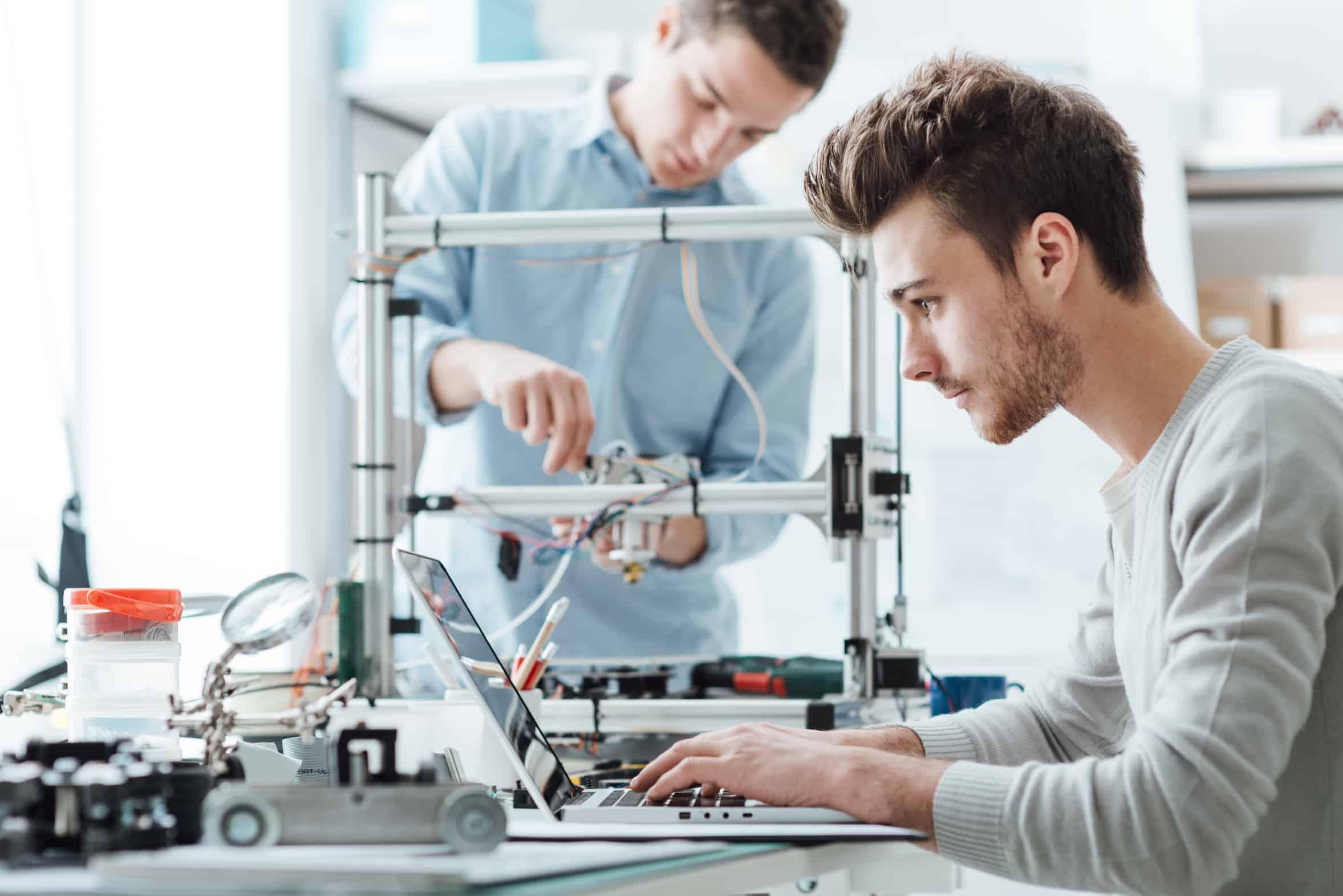 Ingenieure arbeiten im Labor einer Hochschule