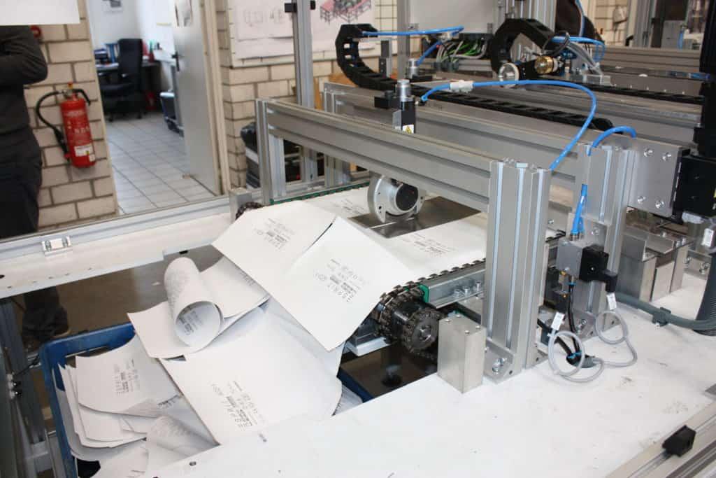 Scheidevorgang an der Tapetenmaschine der Firma Wezek