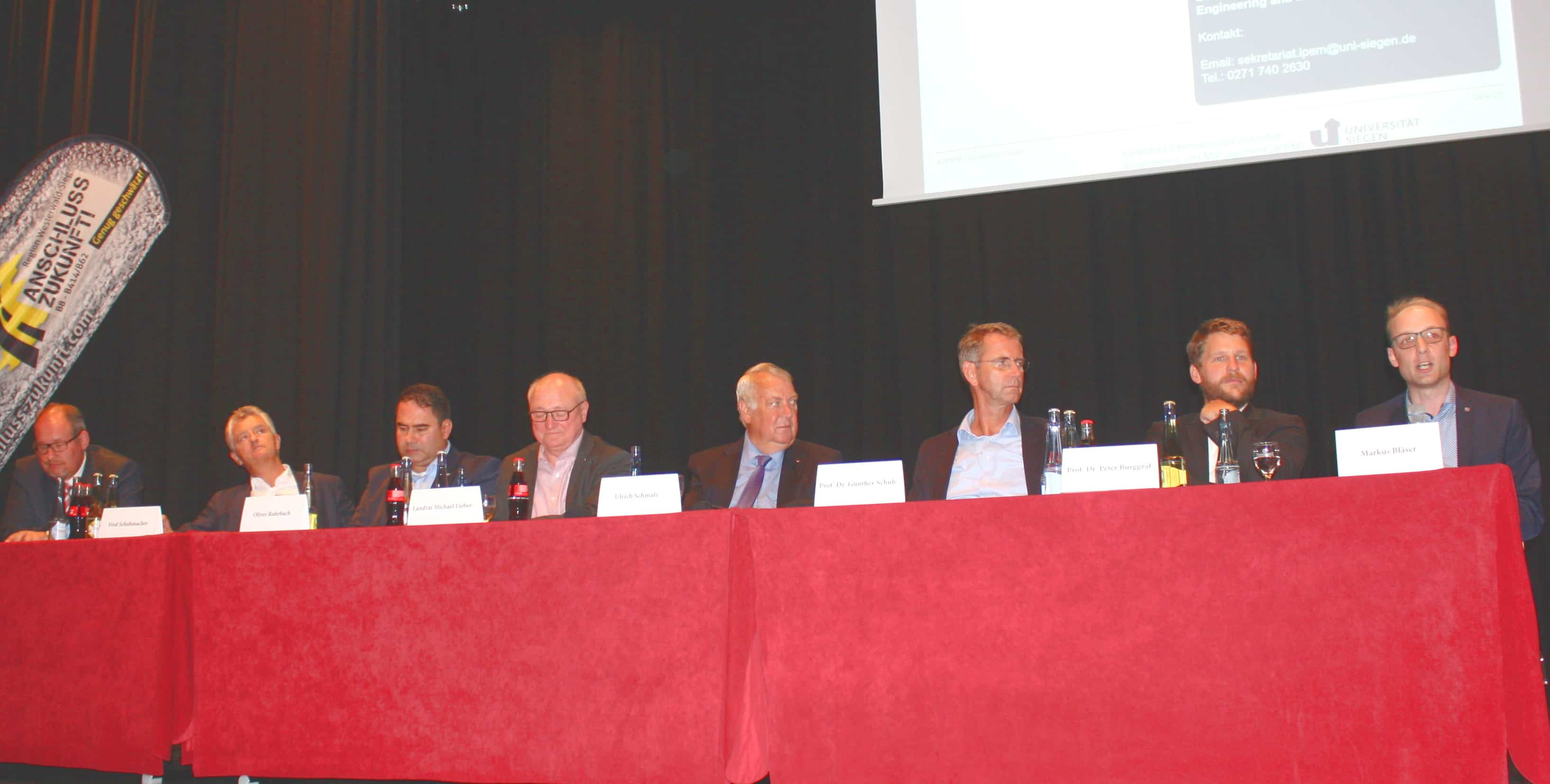 Podiumsteilnehmer diskutieren über Lösungsansätze